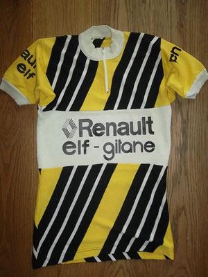 wielertrui Renault - Gitane 1978. Maat II en 42 cm tussen de oksels. Heeft gebruikssporen. Bij koop kost deze trui 75 euro.