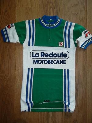 La Redoute - Motobecane 1981 wielertrui. Gelabeld Santini size II en meet 40 cm tussen de oksels. Bij koop kost deze trui 75 euro.