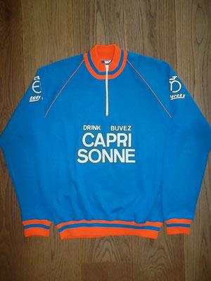 Capri Sonne - Eddy Merckx 1982 wielerjack, label made in Belgium maat 50, meet 52 cm tussen de oksels. Origineel jack.  Bij koop kost deze trui 110 euro