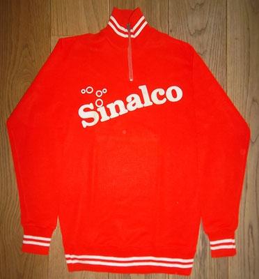Sinalco wielertui 1980, label Tricodnar maat 48, meet 50 cm tussen de oksels. Mooi jack van roemruchte sponsor. Bij koop kost deze trui 50 euro.