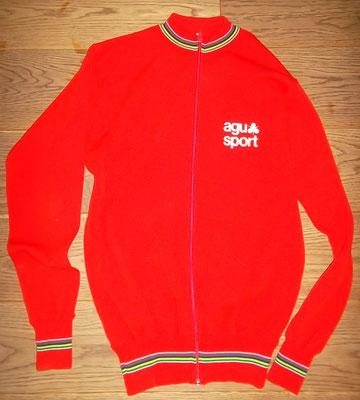 AGU trainingsjack rond 1980. Label made in Italy 80% wol maat 5 meet 54 cm tussen de oksels. Lekker warm en mooi flock. Bij koop kost dit jack 50 euro.