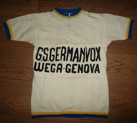 Germanvox - Wega 1968 trui, label Lana Lanterna met 40 cm tussen de oksels, heeft vlekken en plekjes. Zeldzaam exemplaar. Bij koop kost deze trui 100 euro.