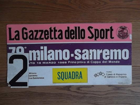 bord ploegleiderswagen Milaan - San Remo 1988. Laurent Fignon won voor Maurizio Fondriest en Steven Rooks. Bord kost bij verkoop 60 euro