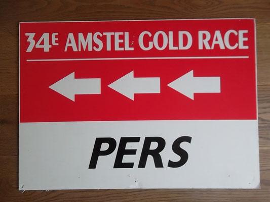 Bord Amstel Gold Race 1999 pers. Deze roemruchte editie werd gewonnen door Michael Boogerd voor Lance Armstrong. Bord kost bij verkoop 30 euro.