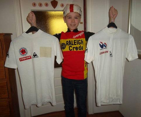 Witte podiumtrui Johan van der Velde voor beste jonge renner Tour de France 1980. Daarbij wiite trui le Coq Sportif zoals te koop in de fanshop dat jaar.