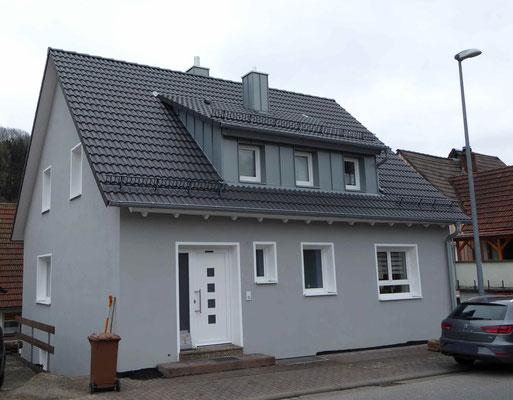 modernes Haus mit grauem Außenputz