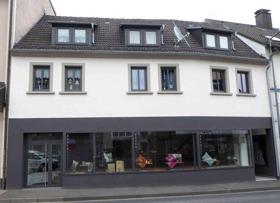 Gewerbehaus mit beigem und grauen Fassadenputz