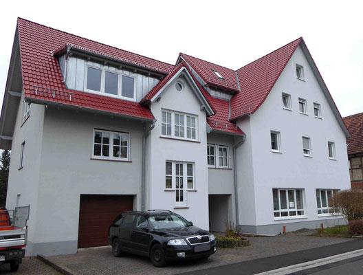 Haus mit hellgrauem Putz