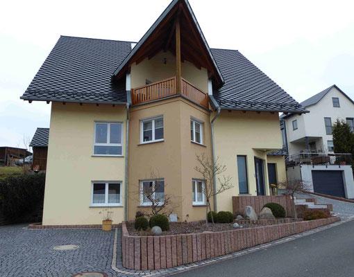 Haus mit Fassadenputz in gelben Farbelementen