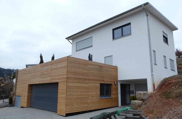 weißes Haus mit Holzverkleidung