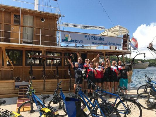 SG-Teilnehmer vor der MS Planka