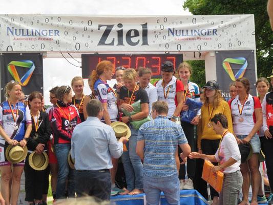 Siegerehrung der Damen mit Manuela Hofbauer-Strmecki und Johanna Mayer (verdeckt)