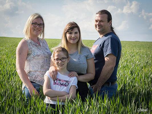 Photo famille dans les blés