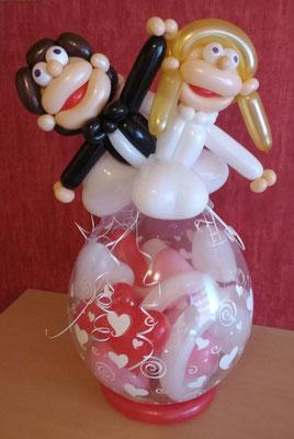 Hochzeitspaar auf einem Verpackungsballon mit Geldinhalt