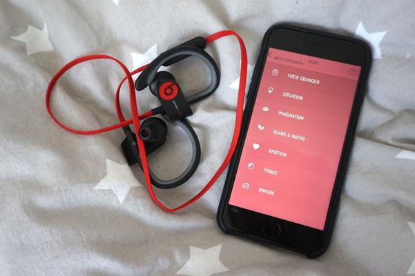 Mein Relax-Duo: Kopfhörer und Smartphone mit 7Mind-App.