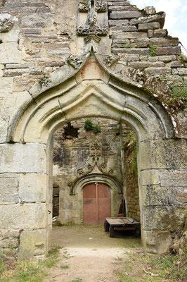 2 portes dont une portant le collier de Saint-Michel