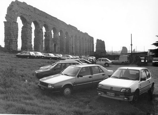 1980 Parcheggio auto campo da calcio sotto l'Acquedotto Claudio