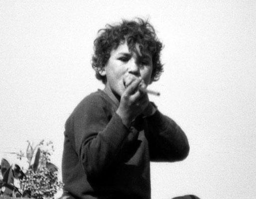 Roma, 1965 - Bambino che gioca a cannuccia