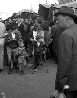 Roma, 1965 - Bambini che chiedono l'elemosina