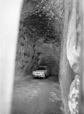 Roma, Aprile 1970 - Parcheggio privato all'interno del Collosseo