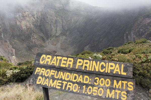 Der Krater vom Vulkan Irazu ohne Wasser, nach einer heissen Trockenzeit im Jahr 2016