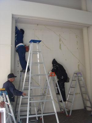 展示を全撤去したあと、痛んだ壁面を修繕しているところです。