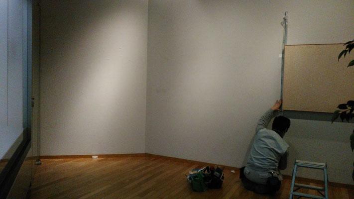 壁面に新たに展示物が貼れるよう造作をします。工事前の様子です。