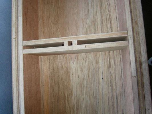 裏側を拡大したところ。模型を固定する棒のスペースを確保しています。