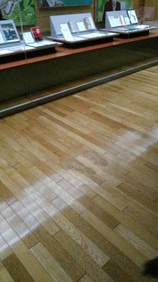 予算の関係で床板張替はせず鋲穴を夫妻で表面を平滑にして終了です。