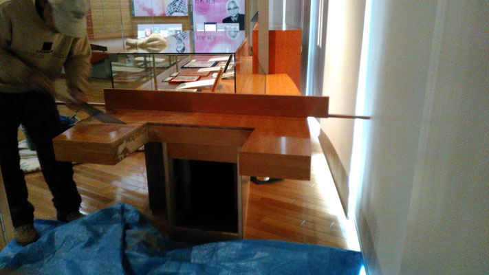 木製展示台の出っ張り部分をカットしてフラットにする作業です。