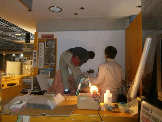 モニター木枠を撤去後、壁面全体に壁紙を新たに張り直したところです。