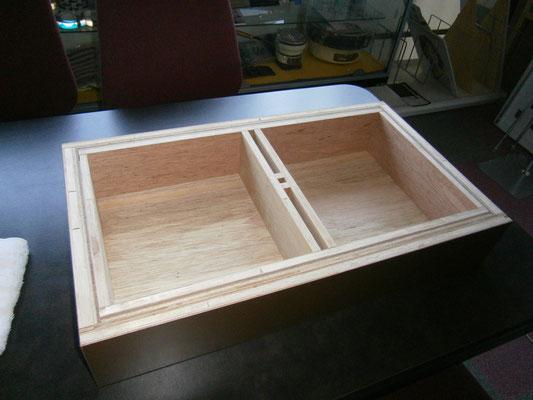 アクリルケース土台は木製です。ひっくり返したところ。