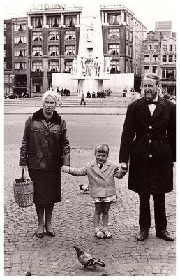 Jan en An Budding met dochter Marjolein op de dam in Amsterdam.