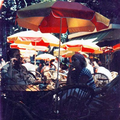 Jan en An Budding met dochter Marjolein op caféterras in Ceret.