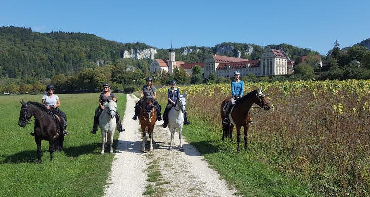 Vor dem Kloster Beuron