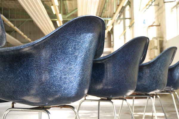 Eames Fiberglass Armchair in Navy Blue Vitra