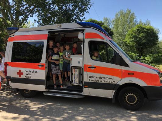 natürlich durften wir auch in den Krankenwagen rein und die Sirene anschalten.