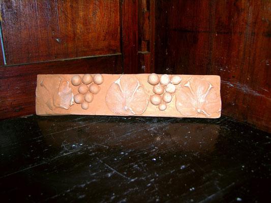 listello medievale con uva in cotto fatto a mano di 20 cm spessore 2 cm