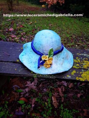 cappello di ceramica creato interamente a mano  da giardino