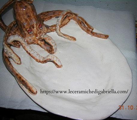 piatto in ceramica con polpo fatto interamente a mano Ceramic Plate with octopus