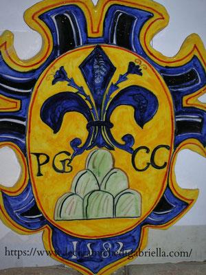 Stemma di ceramica antica riproduzione, giglio di Firenze su monte a sei punte, reca la scritta: PCB.GG.1582, cm. 40,2x30, Italia centrale, XVI secolo.