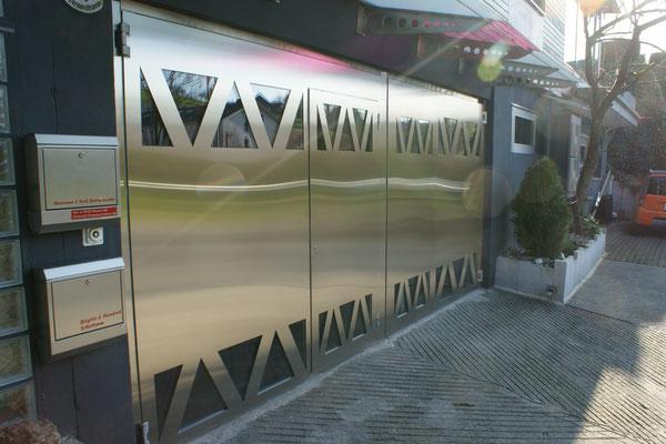 2 - Flügeltor mit Servicetüre und Spezialglasausschnitten, goldfarben