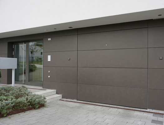 Deckensektionaltor Guttomat, integriert in Fassade
