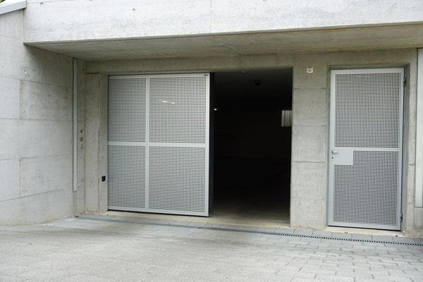 Schiebetor mit nehbenstehnder Türe, Lochblech Glatt eloxiert