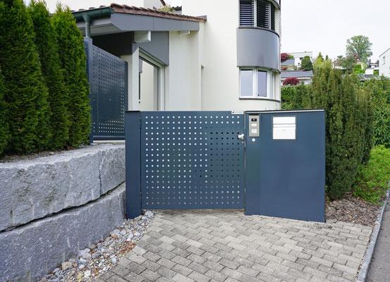 Gartentor mit eingebautem Briefkasten und Sonnerie