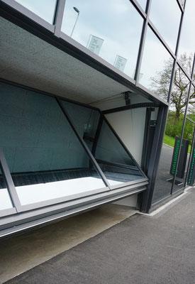 Schmidiger Spezial Kipptor mit Glasfüllung, nicht ausschwingend, flächenbündig mit Glasfassade