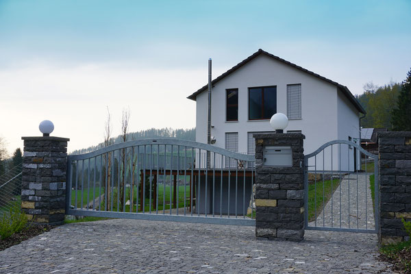 Einflügliges Hofeinfahrtstor mit nebenstehndem Gartentor und integriertem Briefkasten