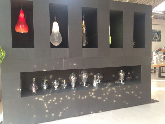 meuble de présentation luminaires Xavier Carrère, sculpteur du verre, à Magescq