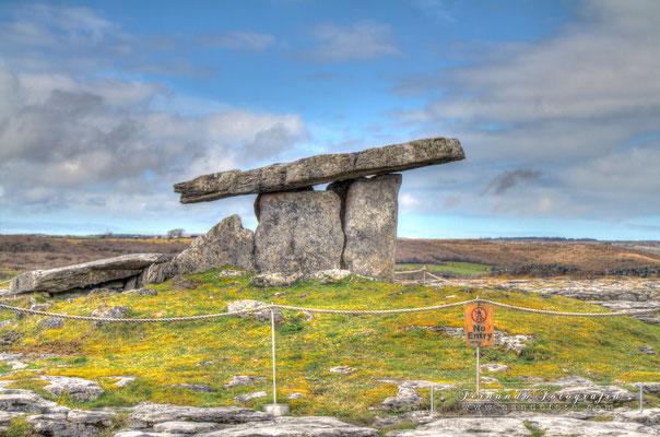 El dolmen de Poulnabrone es un antiguo enterramiento que se encuentra en el Burren, en el condado de Clare (Irlanda), del periodo neolítico, probablemente entre el 4200 a. C. y el 2900 a. C.