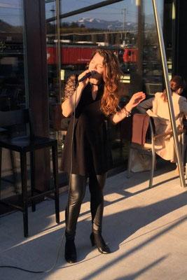 Alma Cilurzo singt im Apart Hotel Apéro Musik Alma Cilurzo singt als hochzeitssängerin Luzern Schweiz Musik für Hochzeit Sängerin Standesamt Sängerin in der Kirche Alleinunterhalterin